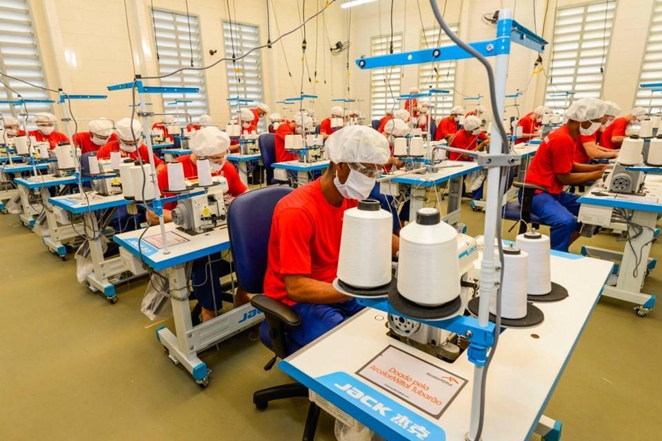 Empresas e instituições públicas tem benefícios ao contratar mão de obra carcerária