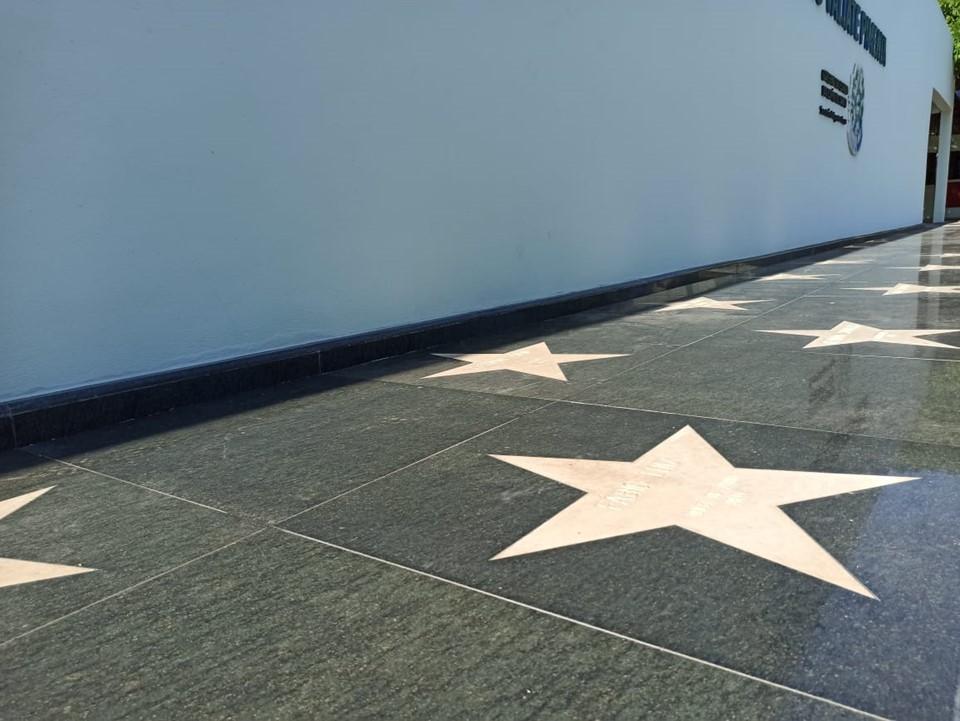 Atletas fazem agradecimento pela homenagem na Calçada da Fama