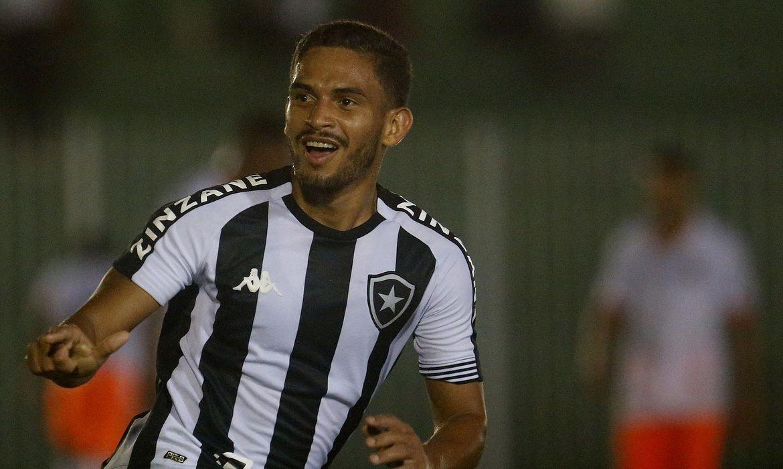 Botafogo vira no fim e segue na luta pela semi do Campeonato Carioca