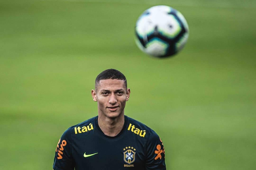 Richarlison treina com bola e está liberado para a estreia da seleção brasileira
