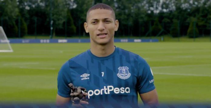 Richarlison é eleito o melhor do Everton na temporada passada e recebe o prêmio de Neymar