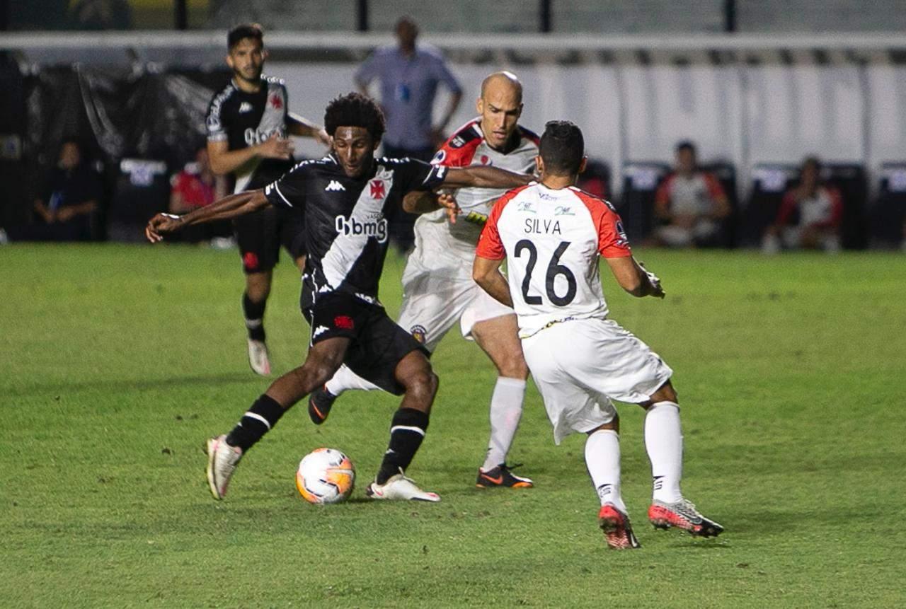 Vasco oscila, mas marca no fim e vence na Copa Sul-Americana