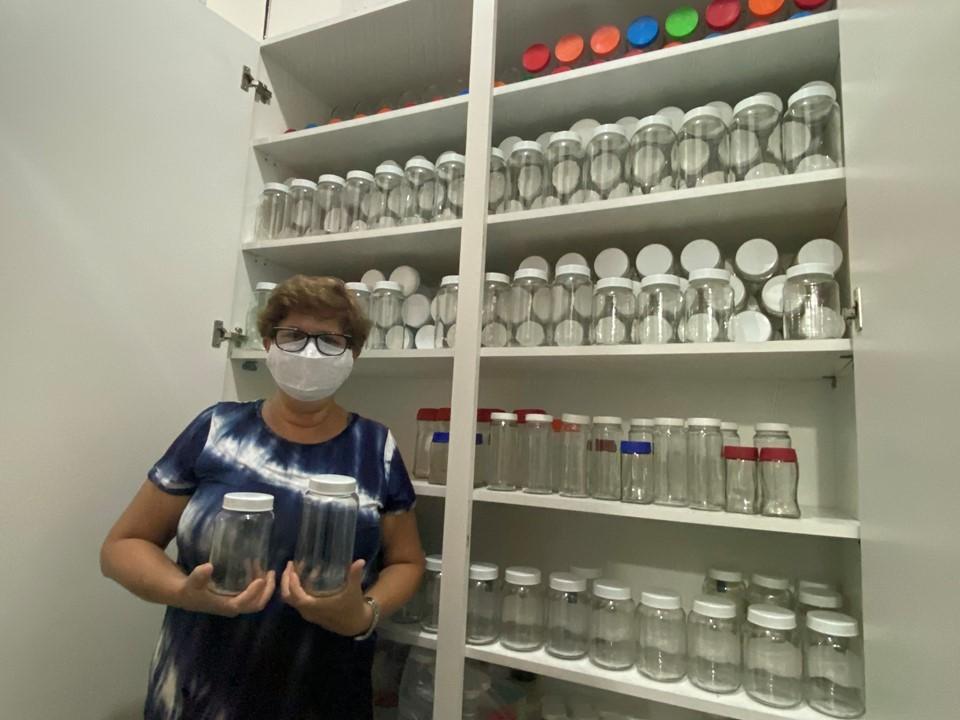 Moradora de Vila Velha faz campanhas e doa mais de mil frascos de vidro ao Himaba