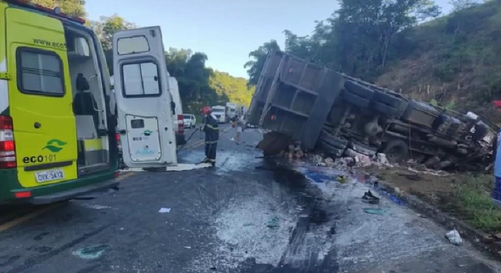 Acidente com caminhão, van e carro deixa mais de 20 feridos na BR-101
