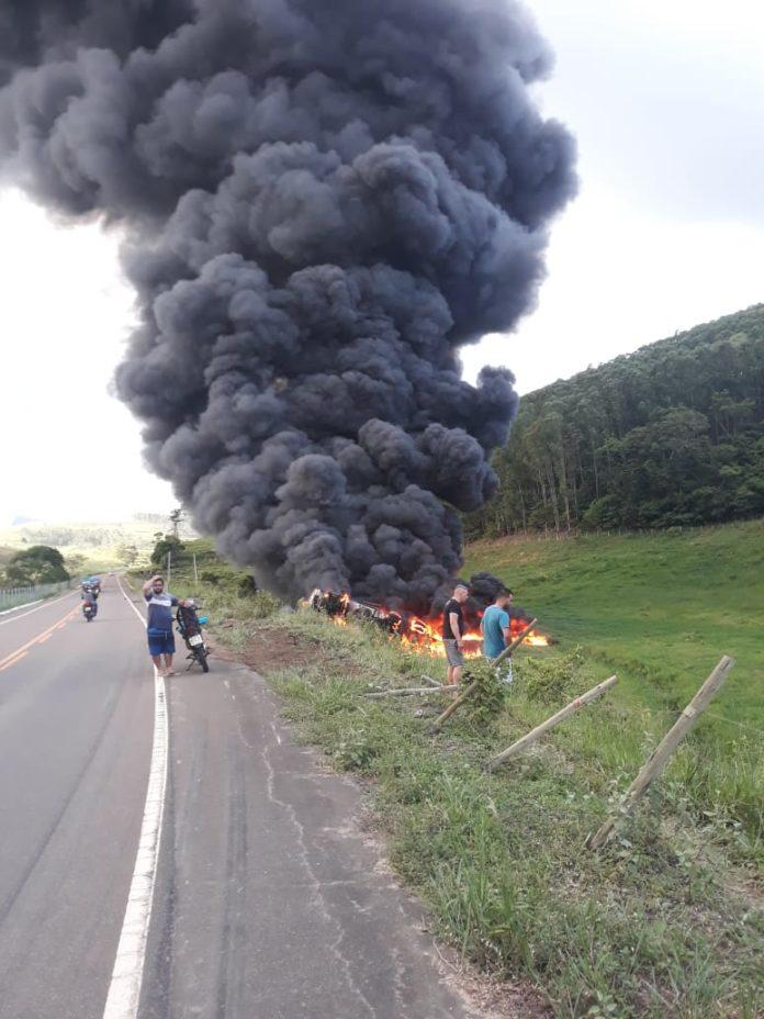 Rodovia que liga Nova Venécia a São Gabriel da Palha é interditada após carreta carregada com combustível tombar e pegar fogo