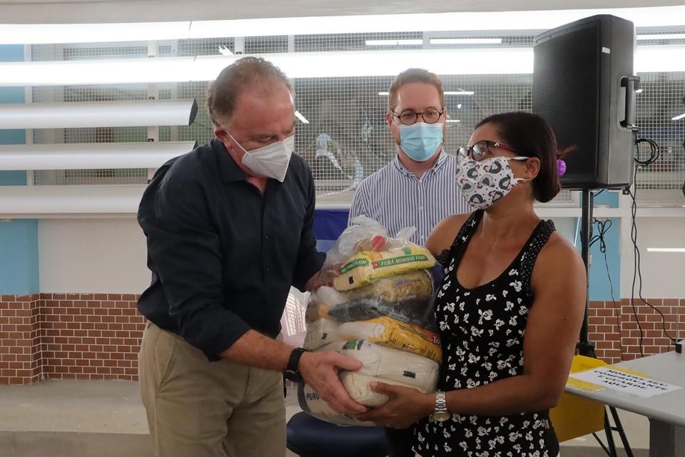 Governador acompanha entrega de cestas básicas a alunos da Rede Estadual