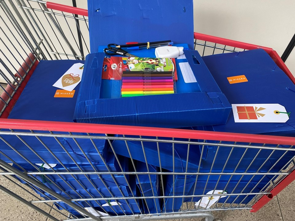 Himaba entrega kits de material escolar e brinquedos para pacientes