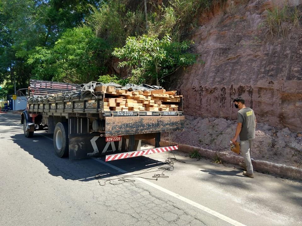 Carregamento de madeira é apreendido em Atílio Vivácqua