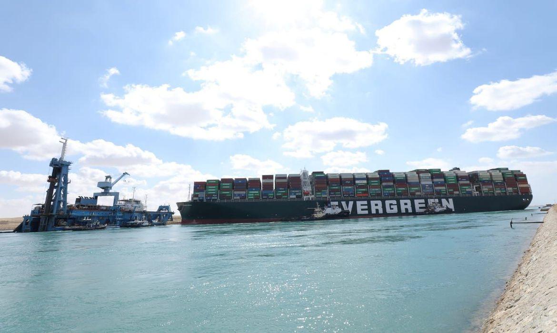 Porta-contêineres gigante continua encalhado no Canal de Suez
