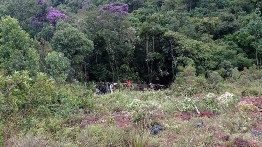 Ônibus que saiu de Aracruz cai de ribanceira em Minas: dois morrem e 20 ficam feridos