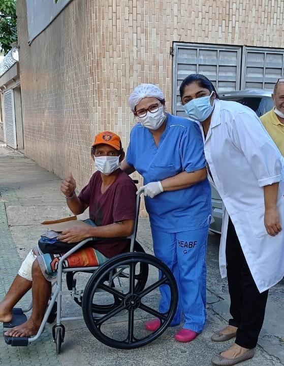 Equipe do Hospital Estadual Antônio Bezerra de Faria encontra familiar de paciente em situação de rua