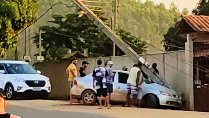 Motoqueiro desconhecido senta o aço contra homem dentro de veículo em movimento