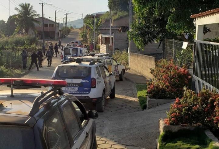 Operação conjunta entre PM e PC apreende arma, droga e munições em Vila Valério