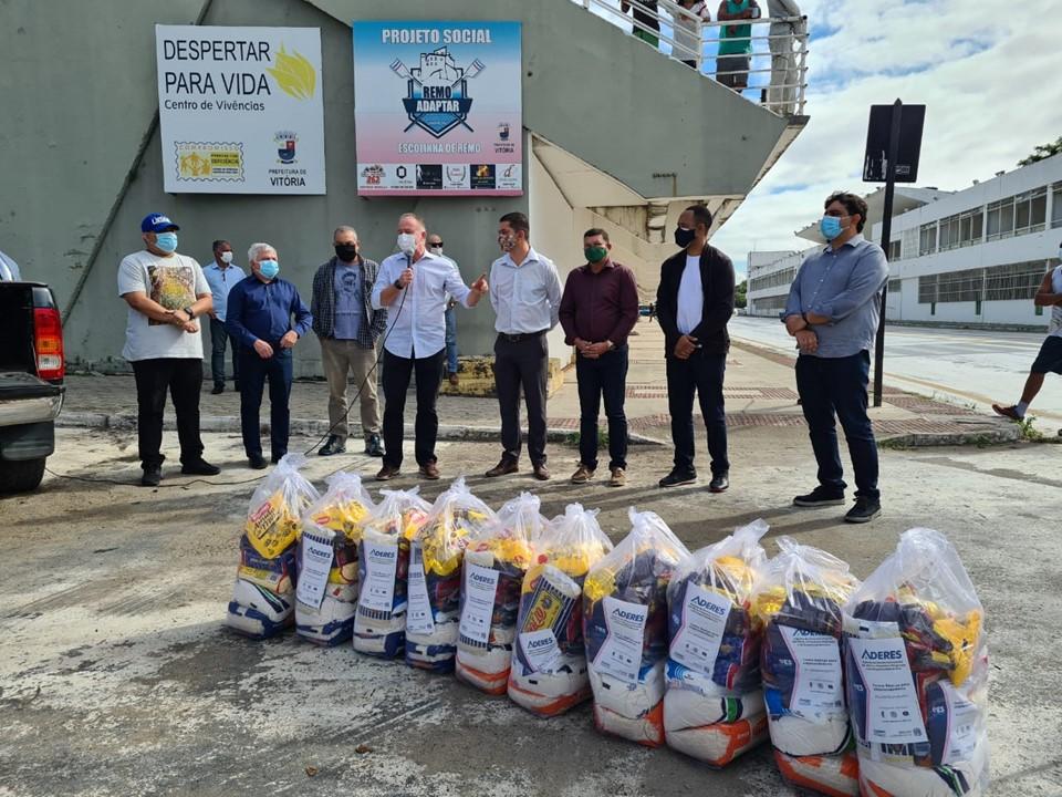 Governo do Estado entrega cestas básicas para empreendedores do samba