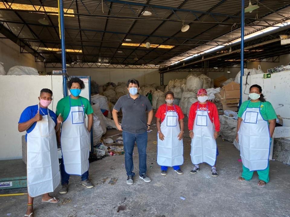 Aderes entrega avental e máscaras para associações de catadores do Estado