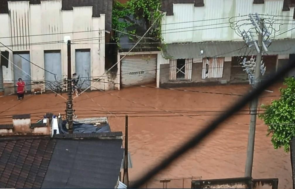 Chuva deixa quase 200 desalojados no ES e sinal de alerta continua