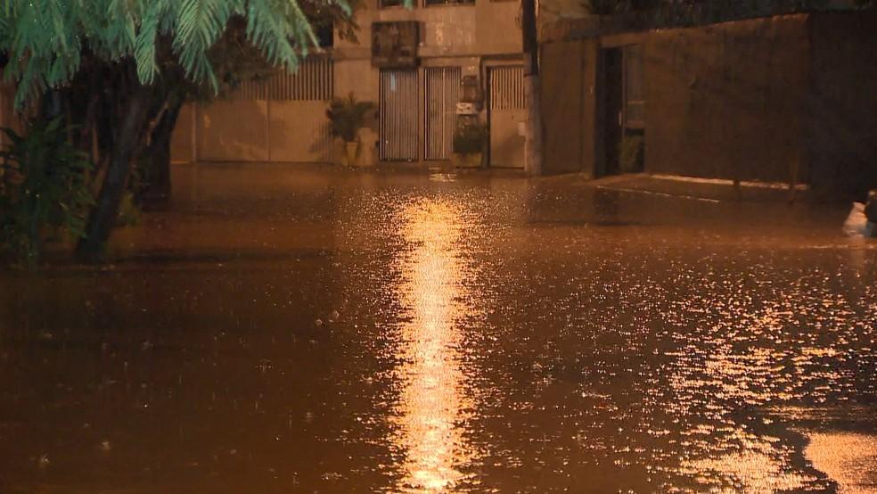 Chuva forte provoca alagamentos e transtornos no ES