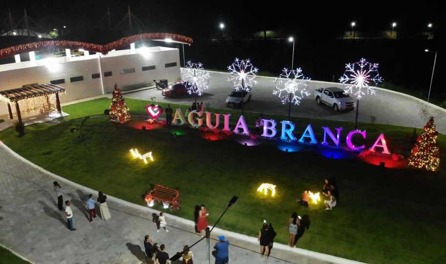 Decoração de Natal muda visual da cidade e atrai centenas de pessoas em Águia Branca