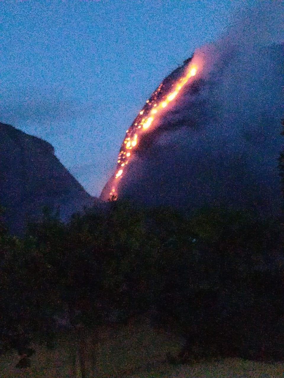 Em Águia Branca, raio causa incêndio em montanha