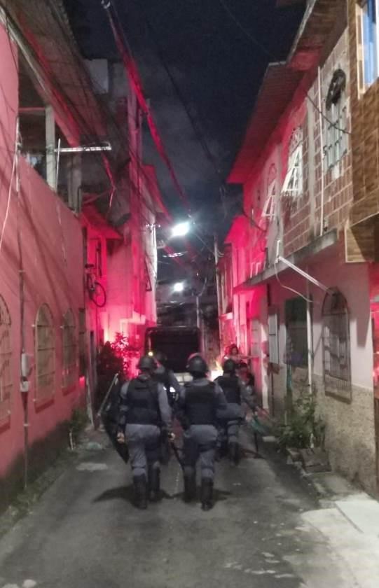 Atuação da PM encerra baile clandestino (mandela) na Serra