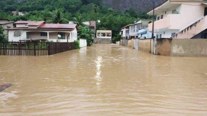 Forte chuva atinge Pancas e ruas ficam alagadas