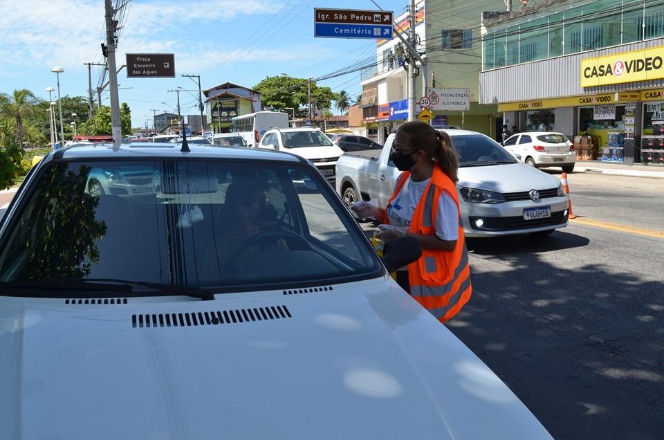 Equipe de educação do Detran|ES alerta moradores da Serra sobre riscos no trânsito
