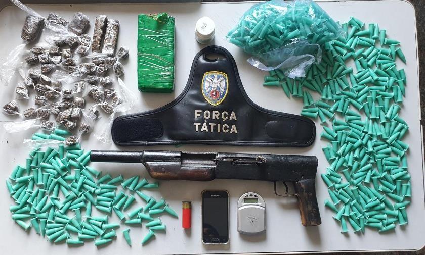 Polícia Militar apreende espingarda calibre 12 e drogas em uma residência em Ibiraçu