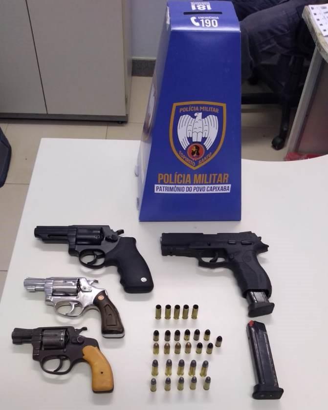 Ação rápida da PM e da PC prende suspeitos de terem efetuado disparo em via pública e apreende quatro armas em Pinheiros