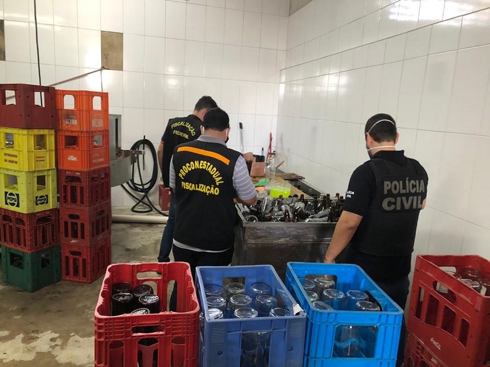 Decon e Procon-ES apreendem cerca de 30 mil litros de cachaça em fábrica clandestina na Serra
