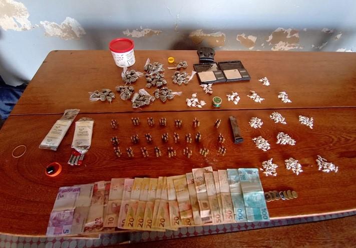 PM apreende munições e drogas em Jaguaré