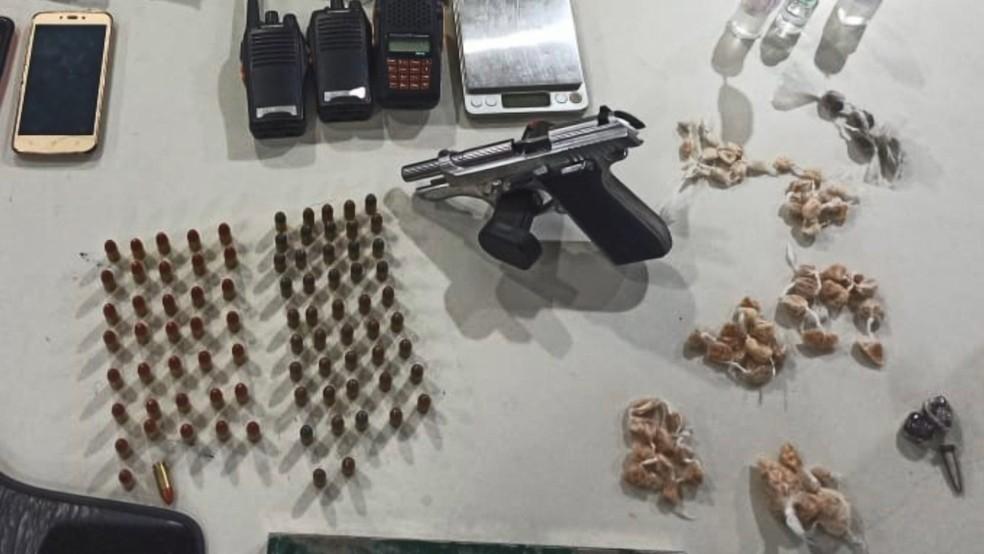 Jovem é preso com arma e drogas em casa usada como base para o tráfico, em Vitória
