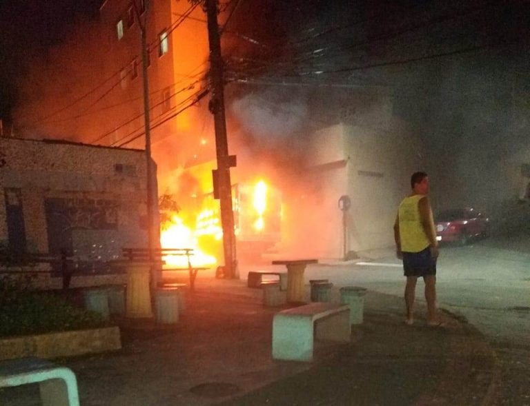 Morte, troca de tiros e veículos incendiados assustam moradores de Vitória