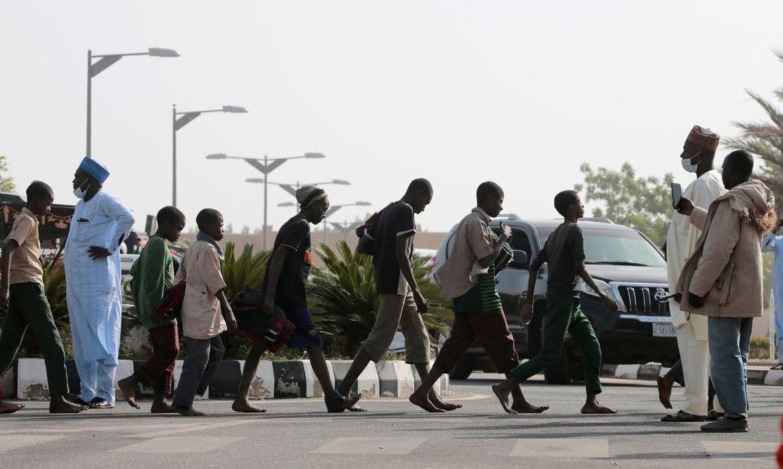 Libertados de sequestro, estudantes nigerianos voltam para casa