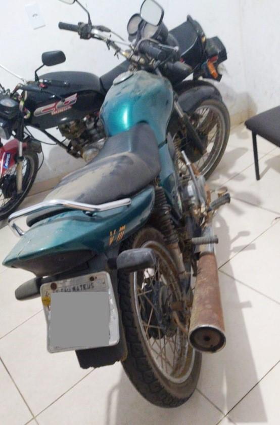 PM recupera motocicleta e apreende drogas em Nova Venécia