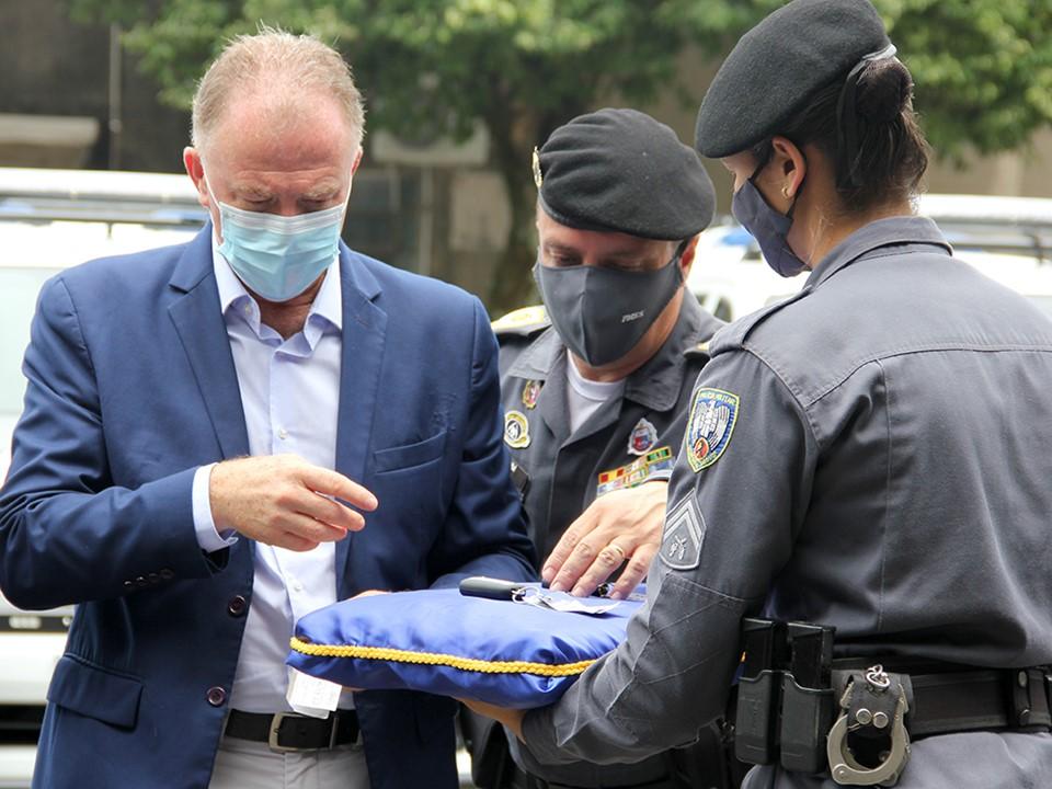 Polícia Militar recebe novas pistolas, viaturas e autorização para reforma de Companhia