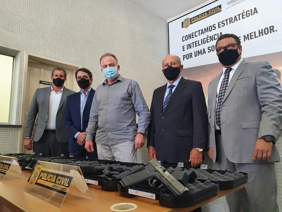 Governo do Estado entrega 580 pistolas e 21 viaturas para Polícia Civil