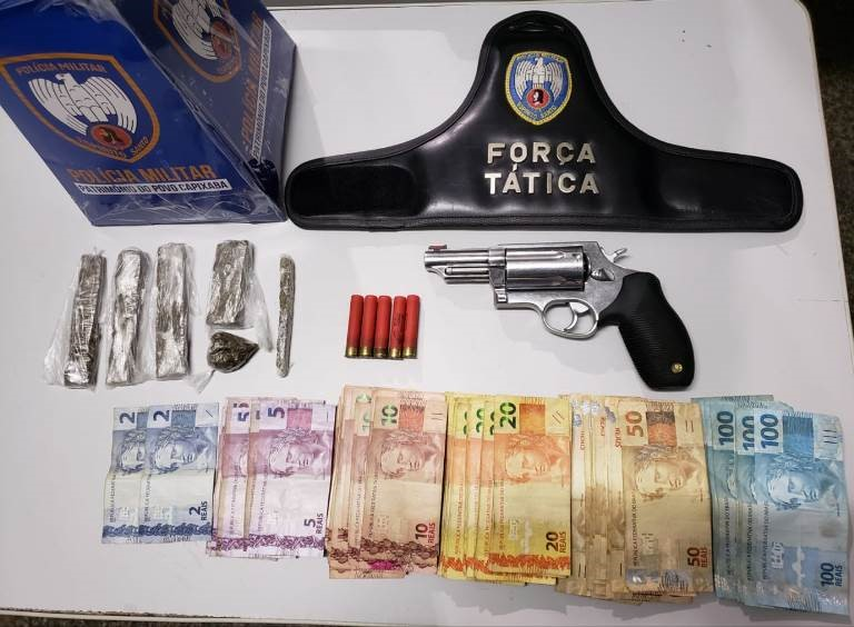 Foragido da justiça, arma de fogo e drogas são apreendidas pela PM em Aracruz