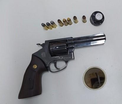 PM apreende arma de fogo em Vila Valério