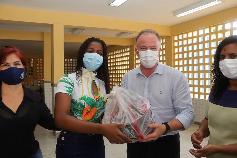 Governador acompanha entrega de alimentos da Agricultura Familiar aos estudantes da Rede Estadual