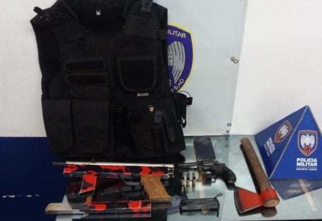 Casal é preso suspeita de fazer ameaças com submetralhadora e machadinha em Colatina